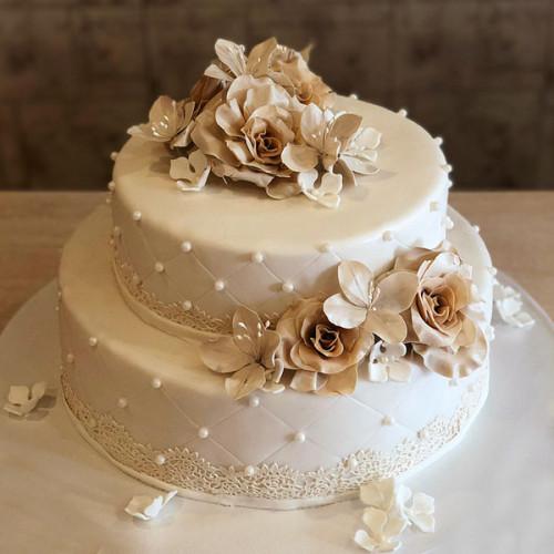 Кремовый свадебный торт с цветами