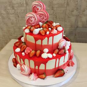 Праздничный торт с ягодами и безе