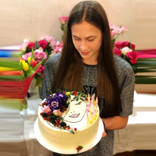 Торт с силуэтом и цветами
