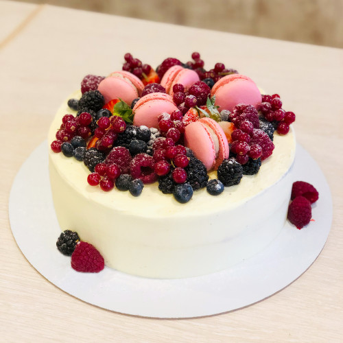 Торт с ягодами и макаронс