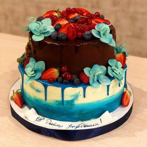 Торт с ягодами и орхидеями