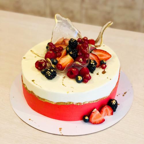 Торт с ягодами в вазе