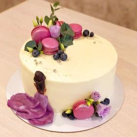 Торт с макаронс и цветами