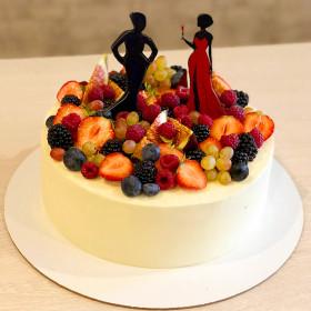 Торт с ягодами и силуэтами