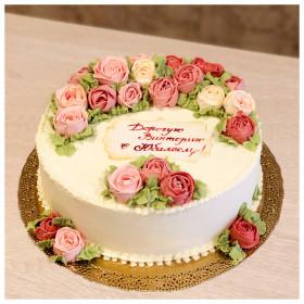 Торт с кремовыми цветами на юбилей