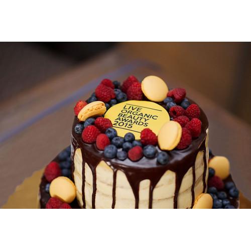 Открытый торт с ягодами и макаронс