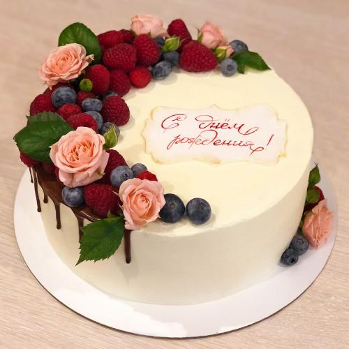 Торт с розочками и ягодами