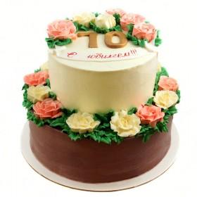 Торт на юбилей с кремовыми цветами