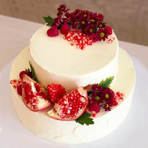 Торт с цветами хризантемы и гранатом