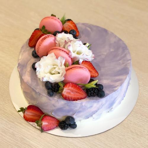 Торт с цветами Аустомы и Макаронс