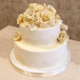Свадебный торт с кремовыми розами