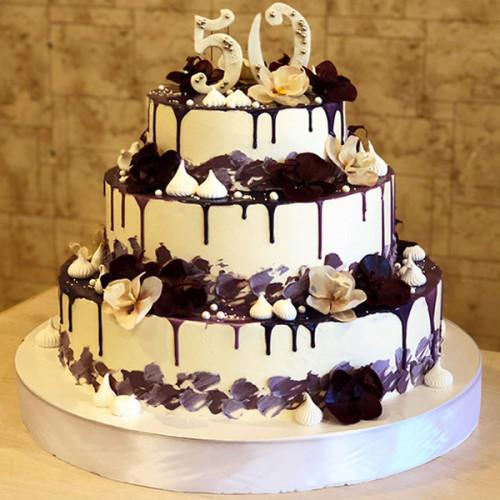 Праздничный торт с сахарными цветами