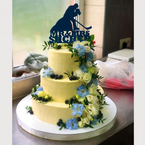 Свадебный торт с топпером и живыми цветами